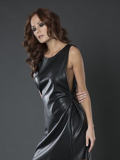Look femminile in Pelle nera